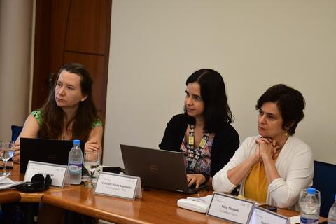 Representante interina do UNFPA no Brasil Júnia Quiroga (à esquerda) disse que o alto número de cesáreas, a gravidez na adolescência e a alta medicalização da atenção à saúde materna estão entre os principais desafios da região.  (Foto: Fiocruz/Peter Ilicciev)
