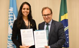 Maitê Gadelha, presidente da IFMSA Brazil e Jaime Nadal, representante do UNFPA no Brasil, assinam memorando